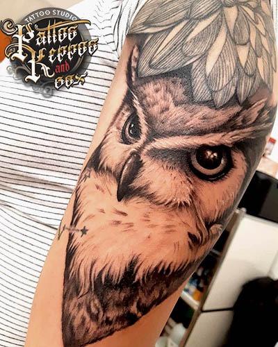 Eulen Tattoo auf der Schulter Tattoo Studio Wien Pattos Keppos