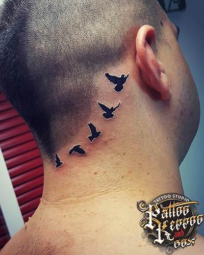 Vögel auf dem Kopf tätowiert Tattoo Studio Wien Pattos Keppos