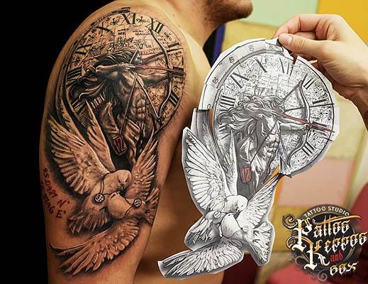 Vogeluhr Tattoo auf der Schulter Tattoo Studio Wien Pattos Keppo