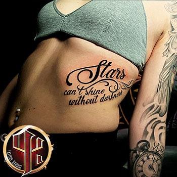 Buchstaben-auf-Rippen-Tattoo-Vienna-Wien-pattos-keppos-instagram