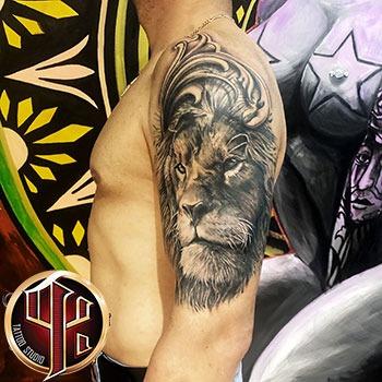 Lowe Schulter Arm Tattoo at tattoo studio in Wien Vienna Pattos