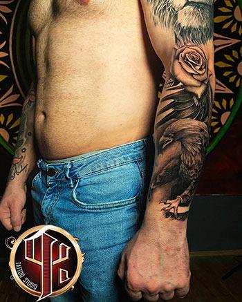 Lowe Schulter Arm Tattoo at tattoo studio in Wien Vienna google