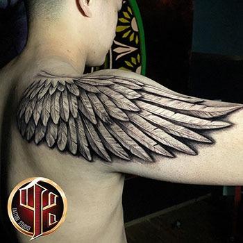 Schulterflügel Tattoo - Tattoo studio Pattos Keppos Wien Post