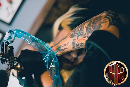 Tattoos rippen frauen Tattoo Frauen